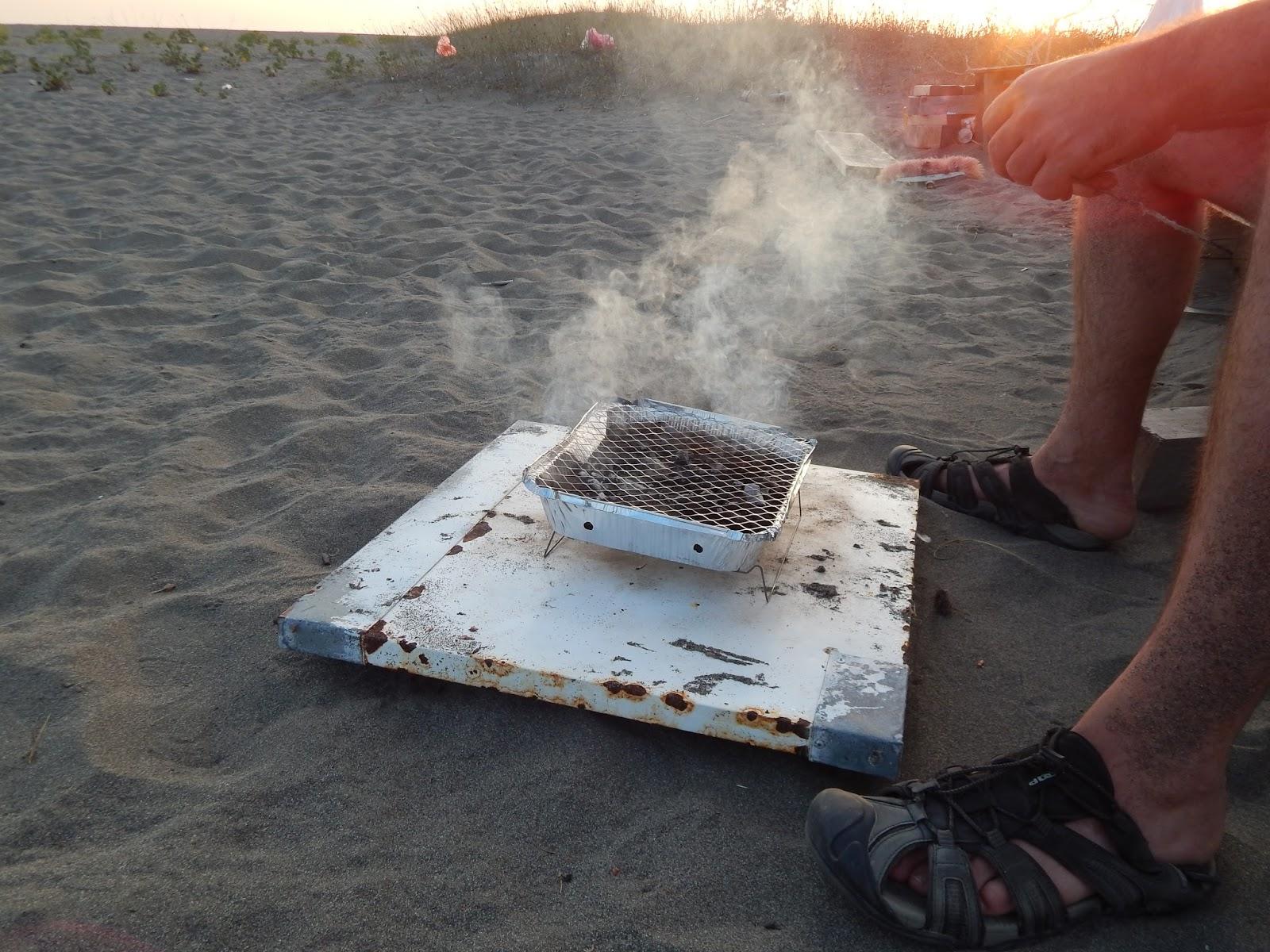 grilování na pláži
