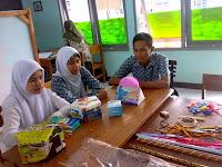 Kegiatan Pembelajaran Membungkus Kado di SLB Budi Bakti 2 Buniseuri