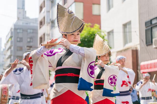 江戸っ子連、マロニエ祭り、心浮く素敵な鳴り物を奏でる女性の笛の奏者