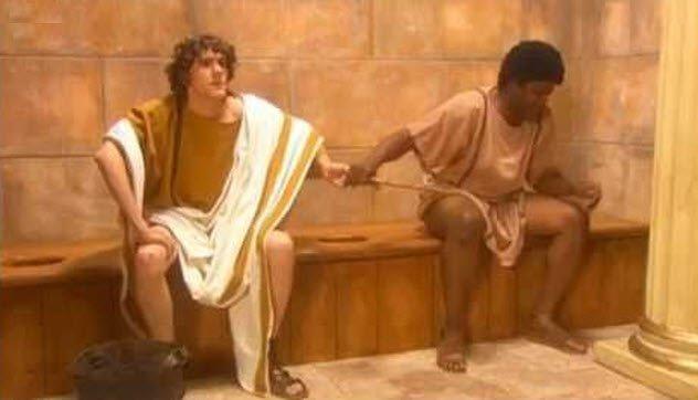 Οι Ρωμαίοι μοιραζόντουσαν ένα σφουγγάρι μετά....την αφόδευση