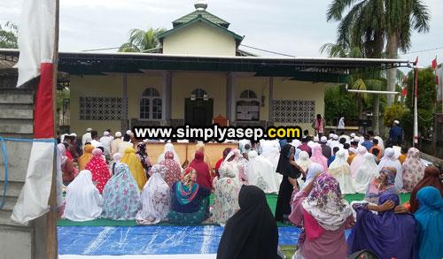IDUL FITRI : Masjid Babussalam Duta Bandara memulai pelaksanaan Sholat Idul Fitrinya pada pukul 07.00 WIB seperti biasa. Jamaah sudah memadati plaza masjid sejak pukul 06.20 WIB pagi (15/6). Foto Asep Haryono