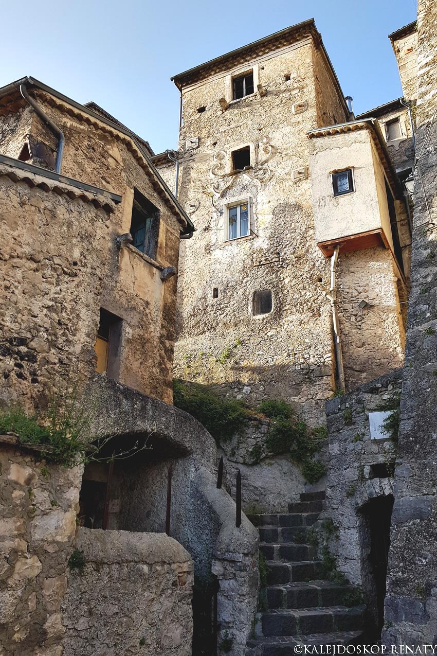 Wąskie uliczki otoczone starożytnymi domami w Pesche