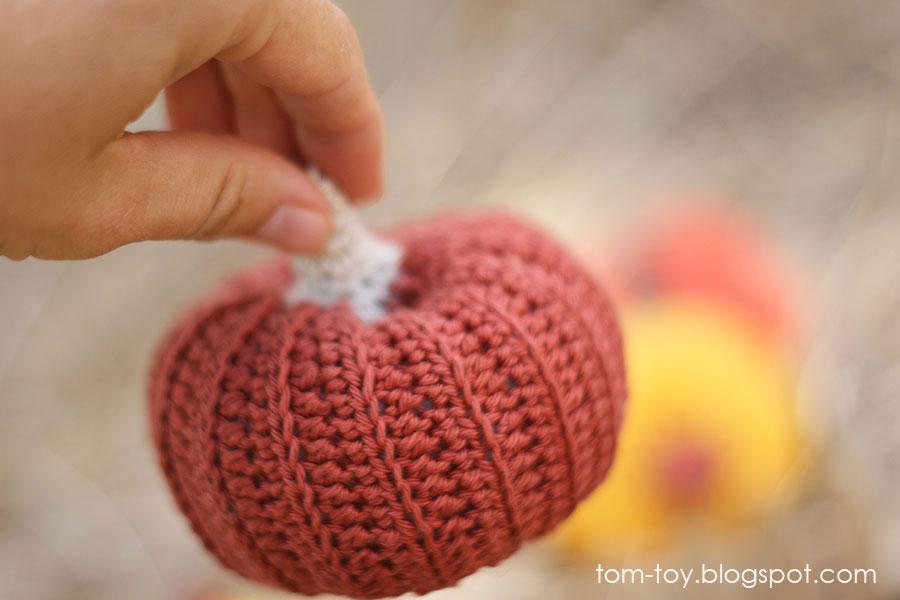 Little crochet pumpkins