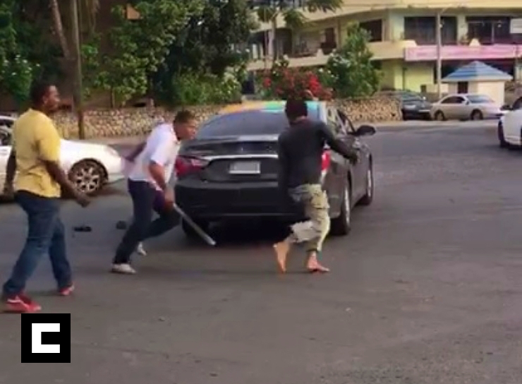 Video: Choferes se 'emburujan' con machete en la capital