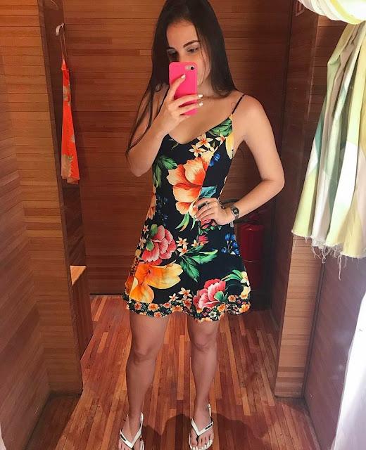 Vestido floral realçando com as havaianas farm