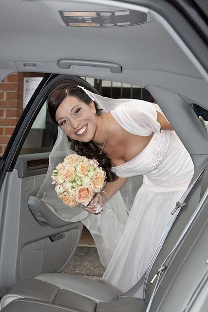 Novia en el coche . trocitos de boda