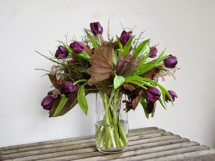 Miscanthus sinensis 'Subrosa' y tulipanes