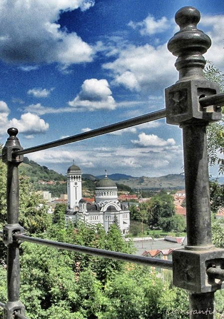 Sighişoara - Biserica Sf. Treime în oraşul de jos (vedere din cetate) - blog FOTo-IDEEA
