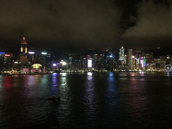 インターコンチネンタル香港の部屋から眺めるヴィクトリア・ハーバーの夜景