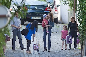 Summer mood: Carla Bruni and her daughter Julia in Paris