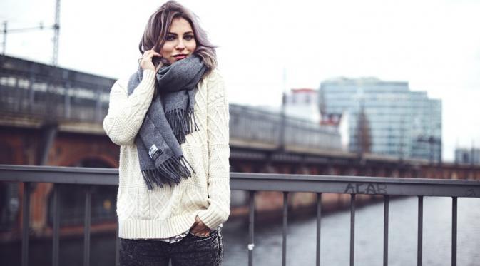 Ingin Nampak Modis Meski Menggunakan Sweater di Musim Hujan? Cobalah Fashion Ini!