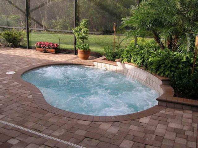 kolam renang dengan bentuk melingkar