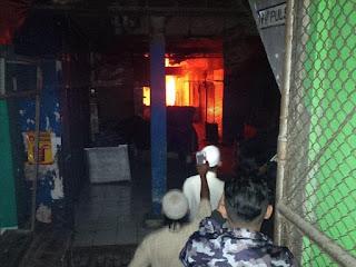 kebakaran mahir tengah melanda komplek besar pasar besar di kota malang Pasar besar kota malang terbakar ( para pedagang panik )