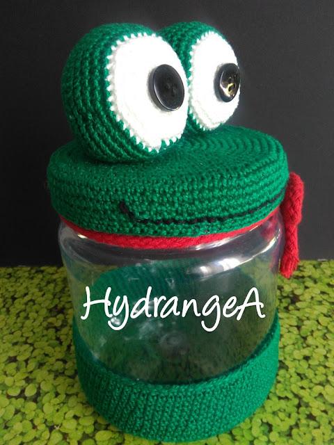 Dulcero de bote de plástico reciclado, con adorno en crochet de una rana verde