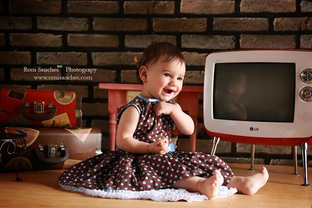 Foto de bebe em book de estúdio com cenário