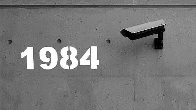 Cartel alusivo a la similitud entre la videovigilancia callejera actual y la distopía orwelliana de '1984'.