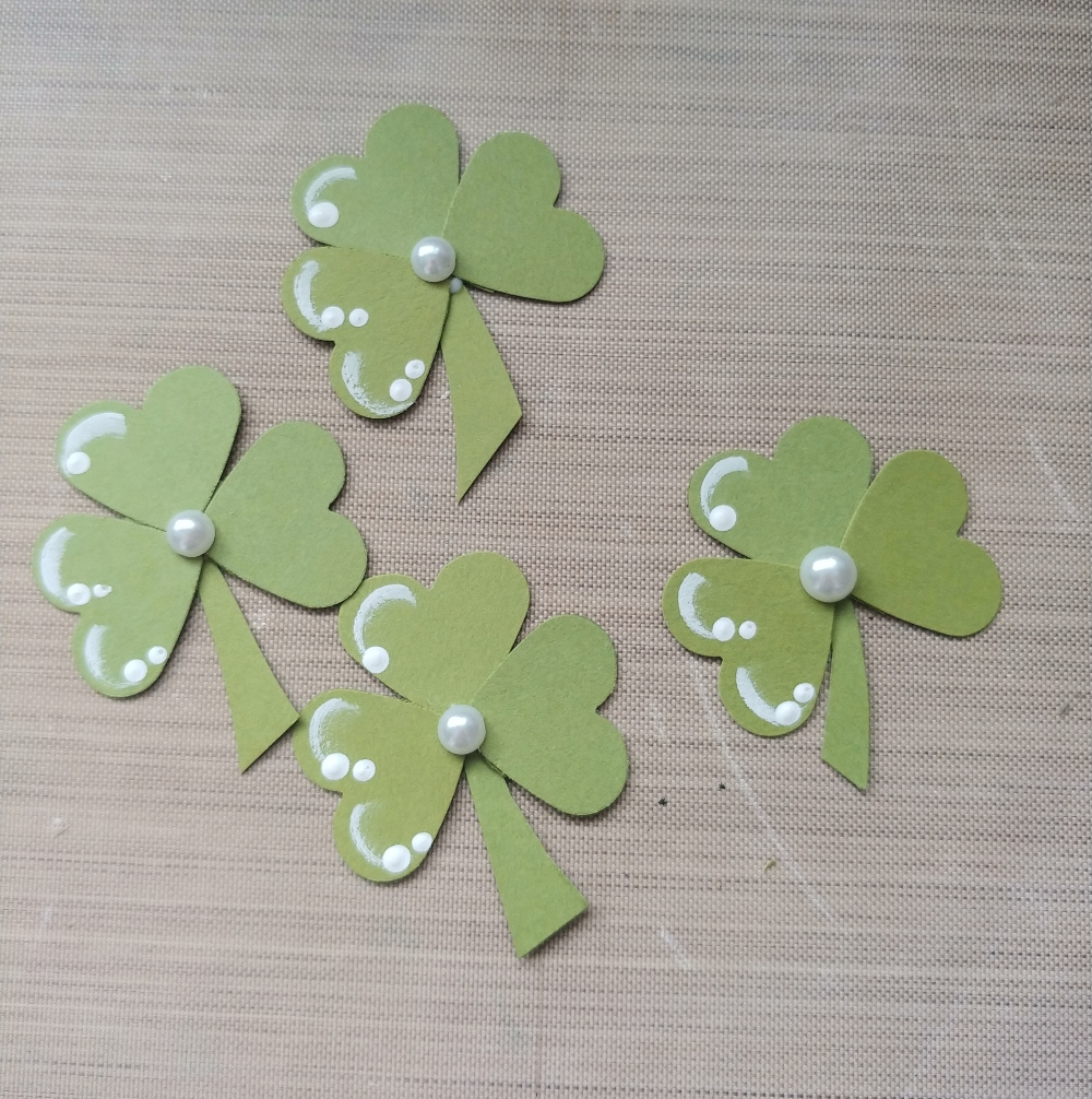 make clovers from paper