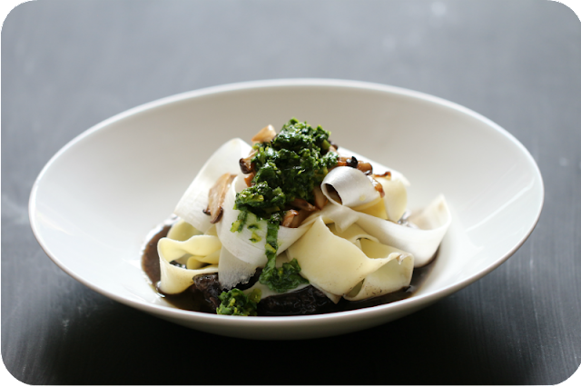 Spargel-Pappardelle auf geschmortem Ochsenschwanz mit Basilikum-Gremolata | Arthurs Tochter Kocht von Astrid Paul