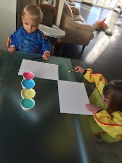 Enfants faisant des dessins avec de la peinture gonflante
