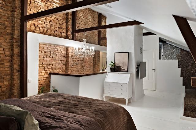 Cărămidă expusă și decor scandinav într-un apartament pe 2 niveluri