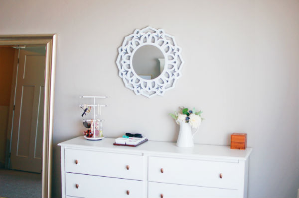 Elegant mirror and white and gold dresser