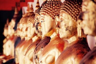 Бангкок, Таиланд. Bangkok, Thailand, храм, статуи при свечах