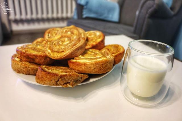 Bułeczki cynamonowo-miodowe z serem i prażonymi jabłkami