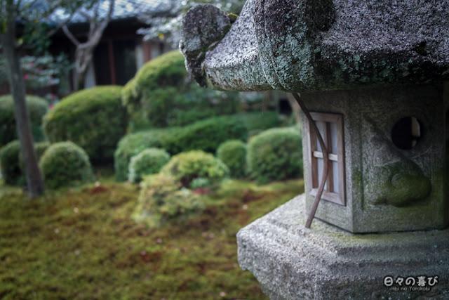 Lanterne dans un jardin moussu, Yawata, Kyoto