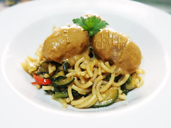 Fideos con albóndigas y salsa de verduras asadas