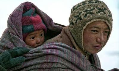 Mereka Berjalan Disungai Yang beku selama 8 hari Bawa bayi baru lahir dan orang mati