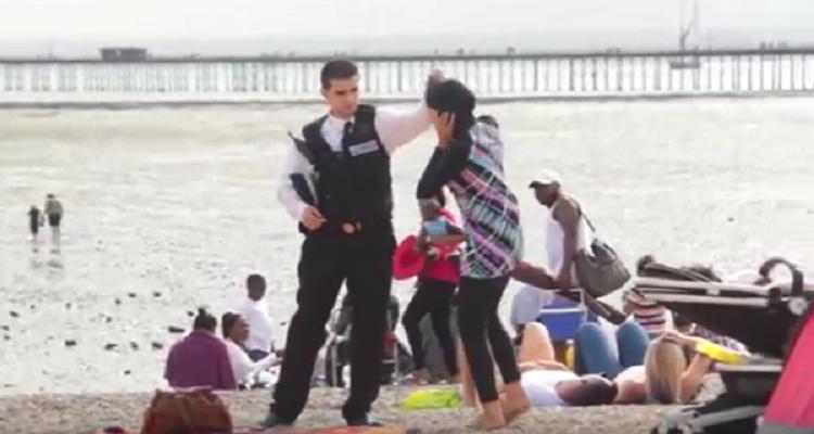 تصرف مفاجأ من البريطانيين عندما حاول شرطي نزع ملابس إمرأة مسلمة في أحد الشواطئ