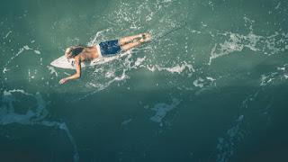 Le surfeur se met en position