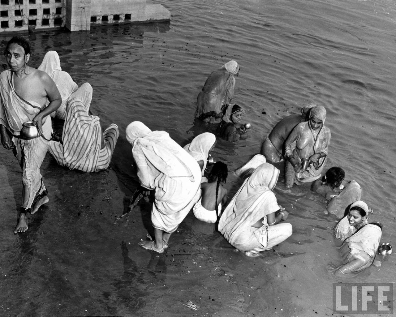 Hindu Women Bathing In The Yamuna River Before Worship At -4442