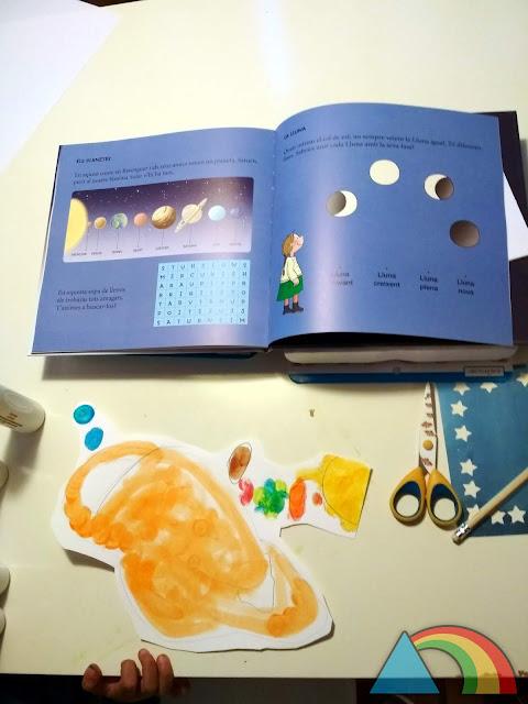 Dibujo infantil del Sistema Solar y libro sobre astronomía