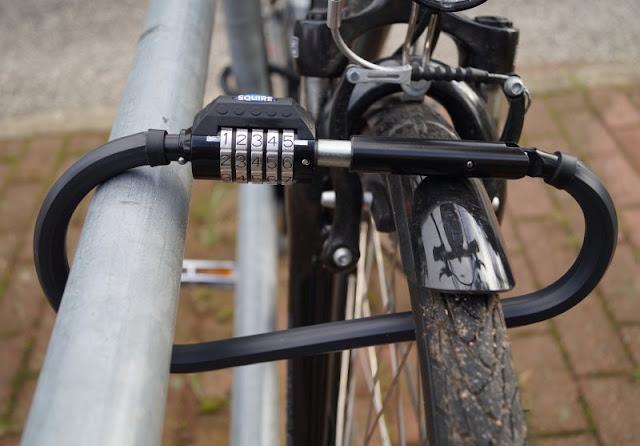 Mit einem sicheren Gefühl unterwegs: Die Fahrradschlösser von Squire. Das Karabinerschloss von Squire ist leichter als das klassische Bügelschloss und durch ein Zahlenschloss ebenso sicher.