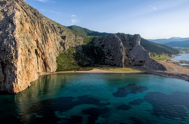 Αυτή είναι η άγνωστη ελληνική «γαλάζια λίμνη» και βρίσκεται 40 λεπτά από την Πάτρα!