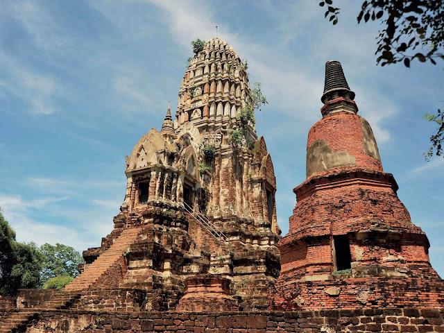 Biểu tượng Hoàng gia Thái Lan cũng là hình ảnh chim thần Garuda – vật cưỡi của thần Vishnu trong tín ngưỡng Hindu giáo. Ngay cả tên hiệu của các triều vua Thái cũng mang ảnh hưởng Hindu, được lấy theo tên của anh hùng Rama trong sử thi Ramayana.