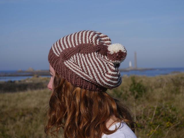 bonnet à rayures et torsade en tricot