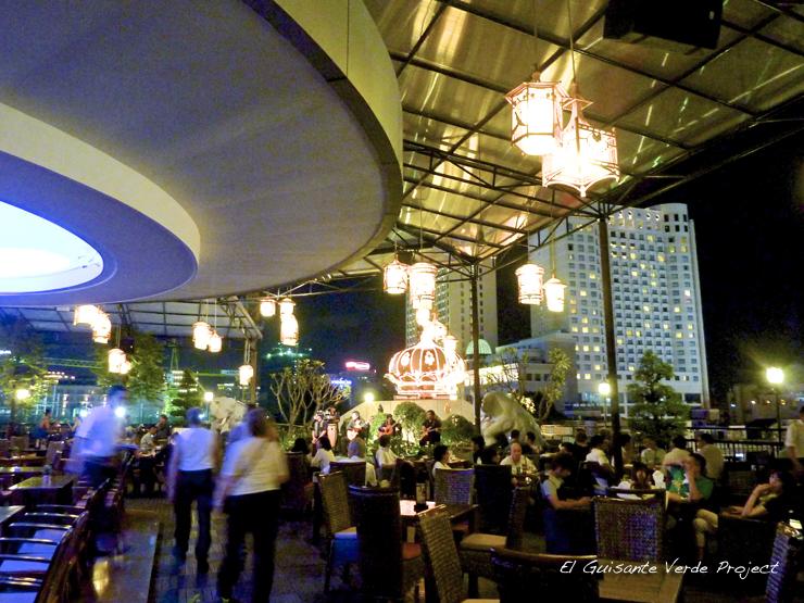 Terraza Nocturna del Hotel Rex Saigon - Ho Chi Minh City, Vietnam por El Guisante Verde Project