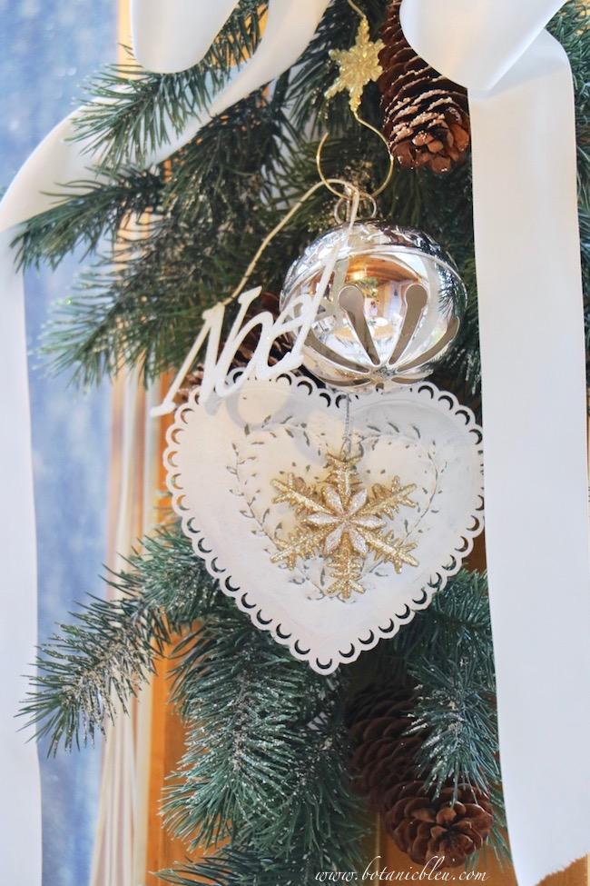 christmas-sleigh-bell-tablesetting-evergreen-swag