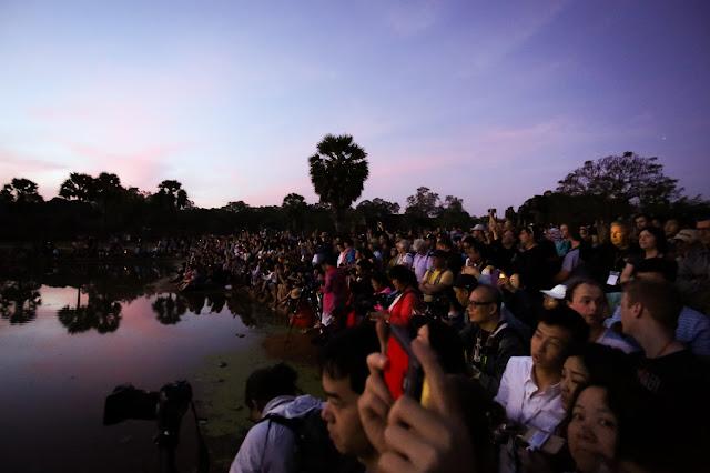 Touristes à Angkor Wat. Photographie par  Alex Berger (CC)