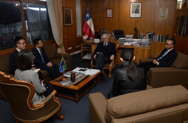 Encuentro protocolar, Intendente Harry Jürgensen y Embajador de China, Xu Bu