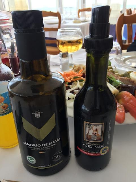 Aceite y vinagre para las ensaladas del restaurante Ca´l Deu