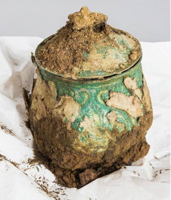 Vasija o urna carolingia llena de valiosos objetos descubierta enterrada en Galloway, Escocia