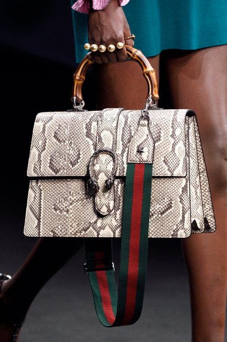 Tampillah lebih glowing dengan memilih tas yang berbahan kulit eksotis  dengan warna api. Untuk padankan tas dengan warna api ini e27deaa148