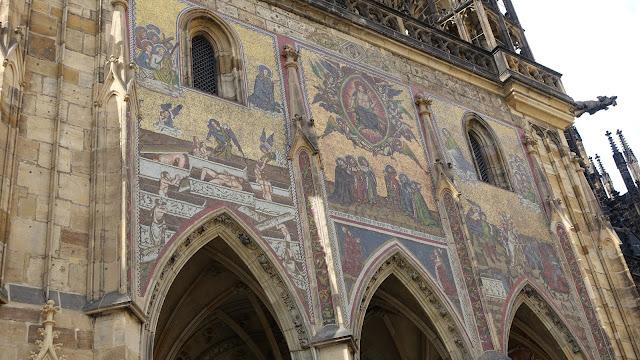 1367年建造的金色大門,是波希米亞國王加冕時走的門, 查理四世下令建造的當代阿爾卑斯山以北最大的馬賽克壁畫。