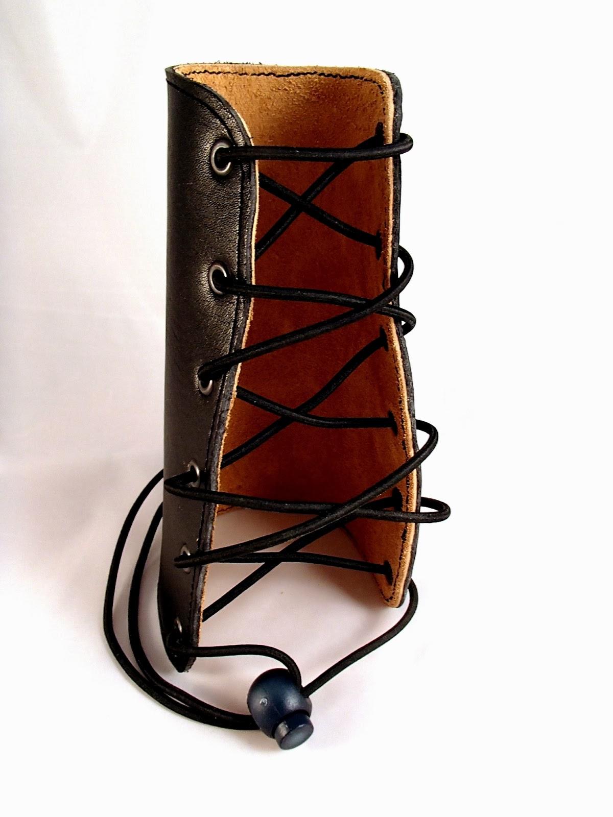 Vue de face du protège cuir pour tir à l'arc