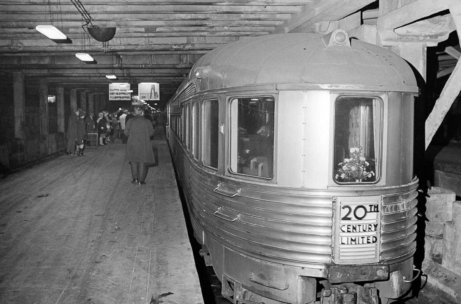 El 20th Century Limited se prepara para salir de la estación Grand Central en Nueva York para su última carrera, el 2 de diciembre de 1967. El 20th Century Limited era un tren de pasajeros expreso que corría entre la terminal Grand Central y la estación LaSalle Street en Chicago, operado por El ferrocarril central de Nueva York desde 1902 hasta 1967.