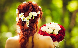 Acconciatura per sposa con capelli rossi