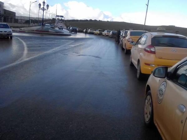 اصحاب سيارات الاجرة والنقل الجماعي في اضراب بعين مران